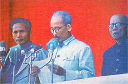 Hình (2) Báo Phú Thọ và báo Nhân Dân đưa ảnh ngày 2-9-1945 với hình HCM già hơn và Microphone hoàn toàn khác với hình Báo Công An đưa ra . Hơn nữa lá cờ đỏ phía sau lưng hoàn toàn không có trong đoạn phim 2-9. link: http://www.baophutho.org.vn/baophutho/vn/website/tin-tuc-su- kien/100CFB8155A/2009/7/114B9700 81D/