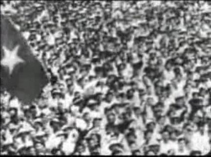Đây là tấm hình trong phim 2-9, lá cờ được lắp ráp bằng cờ sao vào thẳng nét chứ không phải sao vàng bầu dục như tấm hình (1) phía trên . Hơn nữa đoạn phim được ghép lại làm ra cho đông người hơn, phía dưới là lằn đỏ cho thấy đoạn phim ghép lại từ 2 bức hình .
