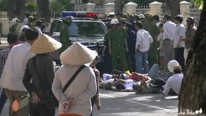Khoảng chục người biểu tình nằm trước đầu xe cảnh sát, 2 người nằm phía sau xe.
