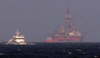 Tàu Trung Quốc trước giàn khoan, tháng Năm 2014. Hình: Asia Pacific Defense Forum