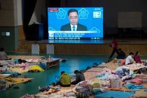 TV tại nơi tạm trú của người nhà nạn nhân chìm phà Sewol, Nam Hàn, cho thấy Thủ Tướng Chung Hong-won thông báo từ chức. (Hình: Ed Jones/AFP/Getty Images)