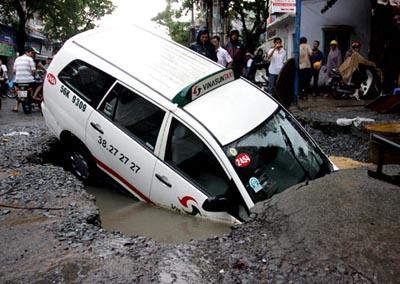 Taxi bị sụp 'hố tử thần' ở Sài Gòn. Nguồn: VNE