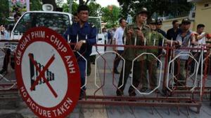 Đủ mọi loại an ninh, cảnh sát, dân phòng đứng sau hàng rào sắt chận đường người biểu tình chống Trung quốc ở Hà Nội ngày 18/5/2014. (Hình: HOANG DINH NAM/AFP/Getty Images)