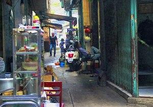 Nhiều con hẻm bị tận dụng làm nơi mở quán ăn, cà phê, nhậu, tạp hóa nên càng nhỏ thêm.