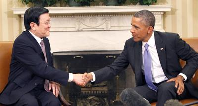 """Ông Trương Tấn Sang và Tổng Thống Mỹ Barack Obama trong chuyến viếng thăm Mỹ hôm 25 Tháng Bảy, 2013. Trong chuyến thăm này, chủ tịch Việt Nam ra tuyên bố """"hợp tác toàn diện với Hoa Kỳ."""" (Hình: Getty Images)"""