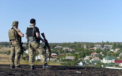 Hai dân quân thân Nga canh chừng một vùng ngoại ô Mariupol, Ukraine. (Hình minh họa: Francisco Leong/AFP/Getty Images)