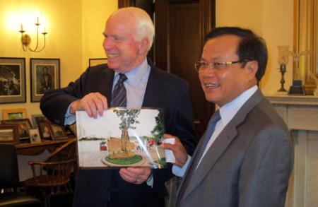 Bí thư Thành ủy Phạm Quang Nghị trao tặng Thượng nghị sĩ John McCain bức ảnh chụp bia chứng tích bên hồ Trúc Bạch