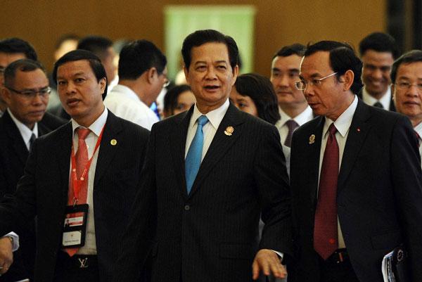 Thủ tướng VN Nguyễn Tấn Dũng và các thành viên cùng đoàn trước lễ bế mạc hội nghị thượng đỉnh ASEAN 24 tại Trung tâm Hội nghị quốc tế Myanmar hôm 11 tháng 5 năm 2014