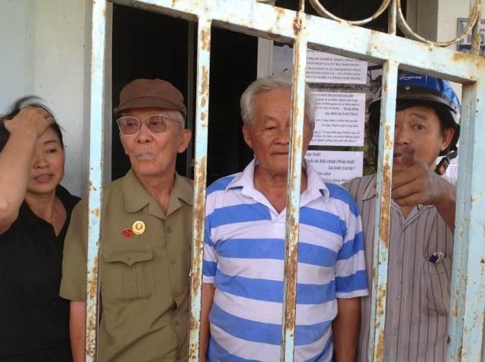 Trong hình ông Nguyễn Văn Nhỏ tự Ba Nhỏ, 84 tuổi, nguyên là trung tá. Ông Trần Đình Chương 83 tuổi, tự Năm Chương, nguyên là sĩ quan cao cấp ngành tình báo, chụp hình cùng vợ chồng ông Minh, trước căn nhà bị ăn cướp.