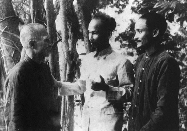 Từ trái qua: Ông Tôn Đức Thắng, Chủ tịch Hồ Chí Minh và ông Hoàng Quốc Việt trong căn cứ kháng chiến Việt Bắc năm 1948.