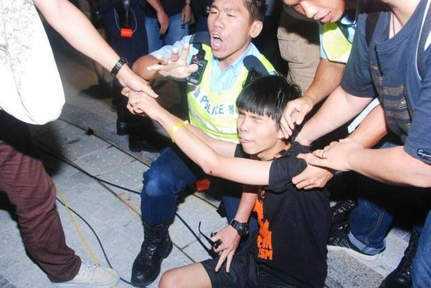 Nguyệt Quỳnh – Nghĩ về Joshua Wong và tuổi trẻ Việt Nam