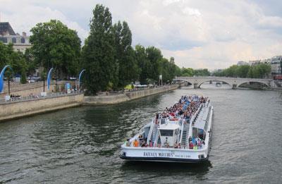 Du thuyền chở du khách trên sông Seine, Paris. (Hình: Huy Phương cung cấp)