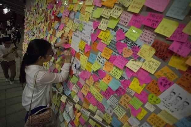 Một bức tường được bao phủ bởi các tin nhắn ở phía trước Văn phòng Chính quyền Trung ương Hồng Kông vào ngày 06 tháng 10 năm 2014.