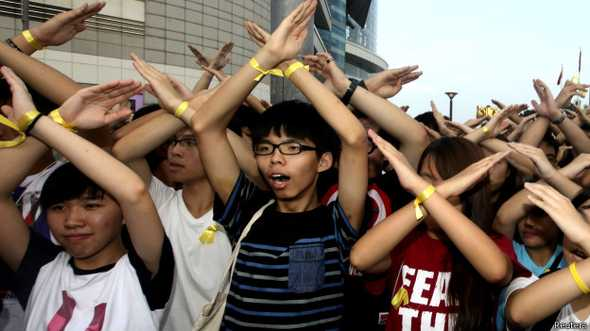 Nhà vận động dân chủ Joshua Wong (Hoàng Chi Phong - giữa) năm nay 17 tuổi