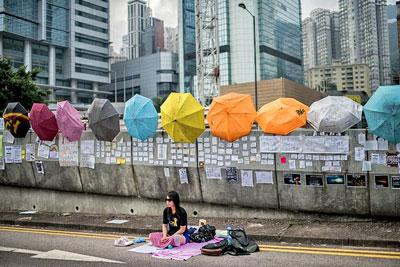 Người biểu tình ủng hộ dân chủ ngủ trên một con đường bị phong tỏa tại Hồng Kông vào ngày 03 tháng 10, năm 2014. Hồng Kông đã rơi vào cuộc khủng hoảng chính trị tồi tệ nhất kể từ năm 1997. AFP photo