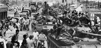 Xe tăng của quân đội Bắc Việt tiếp tục đổ vào miền Nam Việt Nam vào ngày 12 tháng 5, 1975, để ngỡ ngàng trước đời sống sung túc của người dân miền Nam. (Hình: AFP/Getty Images)