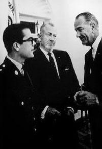John Steinbeck, con trai 19 tuổi (trái) và Tổng Thống Mỹ L.B. Johnson (phải)