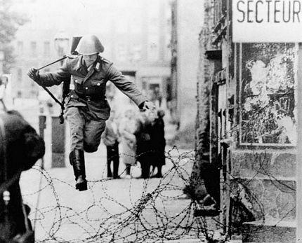 Người lính đông Đức Hans Conrad Schumann liều mình nhảy qua hàng rào dây thép gai để sang Tây Berlin ngày 15/8/1961