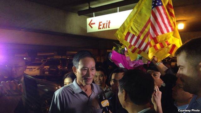 Blogger Điếu Cày Nguyễn Văn Hải trả lời báo giới tại phi trường Los Angeles tối ngày 21/10/2014.