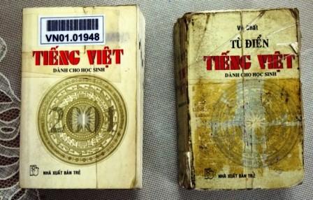 """Hai bìa cuốn """"Từ điển tiếng Việt dành cho học sinh""""  khác nhau tuy cùng có logo NXB Trẻ chễm chệ nằm trong các thư viện từ 13 năm nay."""