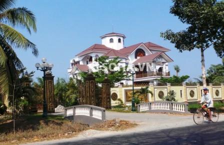 Căn biệt thự của ông Truyền được xây dựng trên diện tích hàng ngàn m2 tại xã Sơn Đông, TP Bến Tre, tỉnh Bến Tre