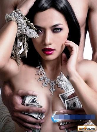 Tina Tình vừa khoe thân vừa khoe tiền.