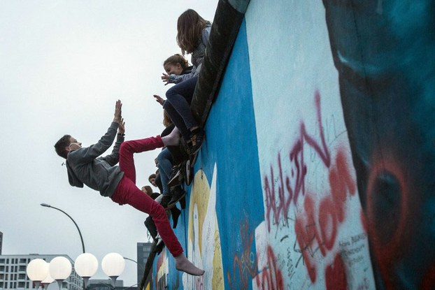 Một màn xiếc được biểu diễn ngay tại bức tường Berlin ngày 9/11/2014 trong dịp kỷ niệm 25 năm ngày bức tường này bị phá.  AFP photo