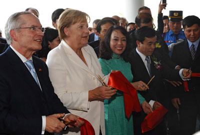 Bộ Trưởng Y Tế Nguyễn Thị Kim Tiến (thứ ba từ trái) và Thủ Tướng Angela Merkel (thứ hai từ trái)  cắt băng khánh thành một cơ sở y tế ở Hà Nội. (Hình: Hoang Dinh Nam/AFP/Getty Images)