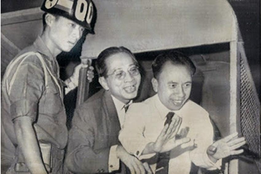 Huỳnh Văn Trọng ( giữa ) và Vũ Ngọc Nhạ đùa vui sau khi lãnh án 20 năm