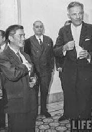 Đại sứ Hoa Kỳ Henry Cabot Lodge ( phải ) gặp gỡ ông Ngô Đình Nhu