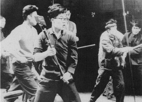 """Mao Trạch Đông cổ xúy sinh viên đại học Thanh Hoa nhảy vào cuộc thi đua """"Triệu anh hùng"""" sau đó mới phát động chiến dịch """"Cách mạng Văn hóa"""". Trên tay của họ nào là dao phay, giáo, thương, gậy gộc v.v… nổi dậy với khẩu hiệu """"Ba đánh một đốt"""". Không bao lâu phong trào này tác động đến những đại học khác, họ tấn công cơ quan đại học, công sở. Tiếp theonhững cuồng tín cộng sản nổi loạn, bạo lực khắp thành phố lớn, nhỏ. Hồng vệ binh nắm bắt bất cứ điều gì không thích đều tự do đập phá.Nguồn: Tân Hoa Xã.."""