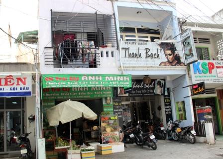 Căn nhà số 105 Nguyễn Trọng Tuyển, phường 15, quận Phú Nhuận đang được cho thuê bán trái cây.