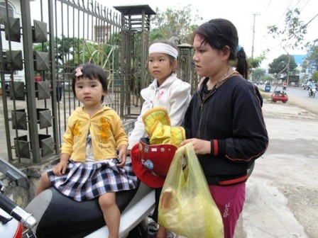 Mẹ con chị Trần Thị Tâm (vợ anh Ngô Thanh Kiều) được luật sư Đơn giúp đỡ chuẩn bị ra tòa đòi công lý.