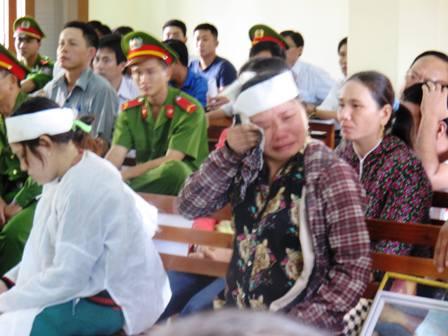 Quá phẫn nộ, bà Ngô Thị Tuyết (chị của bị hại Kiều) òa khóc ngay tại tòa