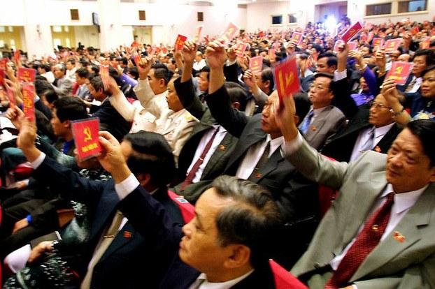 Các đại biểu Đảng cộng sản Việt Nam giơ cao thẻ đảng trong một kỳ Đại hội toàn quốc