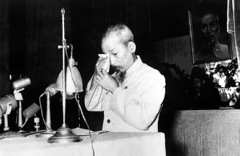 """Hồ Chí Minh tại kỳ họp Quốc hội khóa I, tháng 12 năm 1956. Một giọt nước mắt 'của Bác' là bao mạng người như rác. """"thà chết 10 người oan còn hơn để sót một địch"""""""