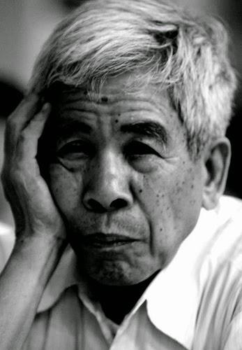 """""""Tôi rất xúc động khi xem bức ảnh này. Bức chân dung diễn đạt hết sức chân thực sự thắng lợi của tôi trong cuộc chiến đấu dai dẳng gần hết đời người để không bị biến đổi gien."""" Bùi Ngọc Tấn (1934-2014)"""
