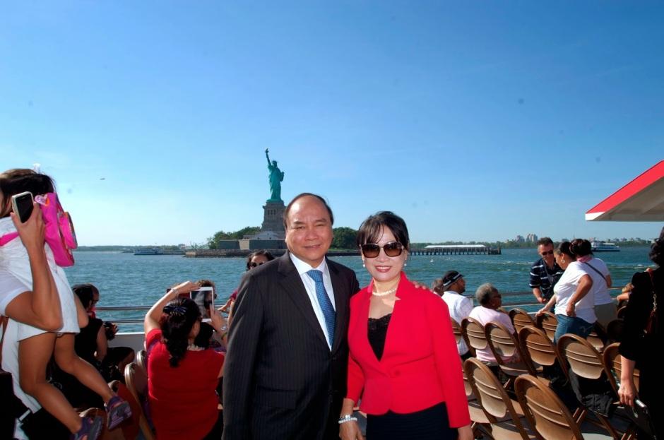 Phó Thủ tướng Nguyễn Xuân Phúc cùng bầu đoàn thê tử trong chuyến công cán bằng tiền nhà nước đến xứ sở tự do kết hợp thăm hai căn biệt thự của gia đình