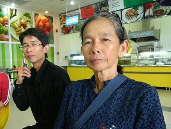 Đinh Nhật Uy (bên trái) chụp cùng mẹ, bà Nguyễn Thị Kim Liên trong ngày xử phúc thẩm em trai Đinh Nguyên Kha (Út Kha), 16.8.2013