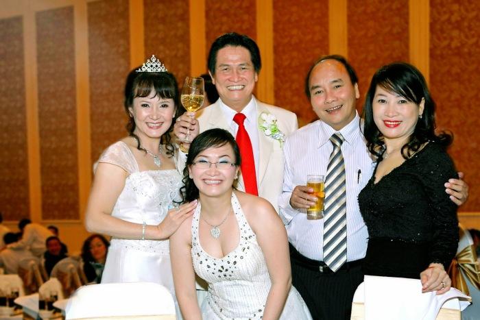 Vợ chồng Phó Thủ tướng Nguyễn Xuân Phúc, vợ chồng Đặng Văn Thành cùng công chúa mía đường Đặng Huỳnh Ức My tại tiệc hấp hôn đình đám của vợ chồng Đặng Văn Thành