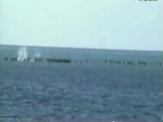 Loạt đạn đầu tiên từ súng 37ly bắn thẳng vào những chiến sĩ Hải quân công binh dầm mình trong nước tay không giữ đảo.