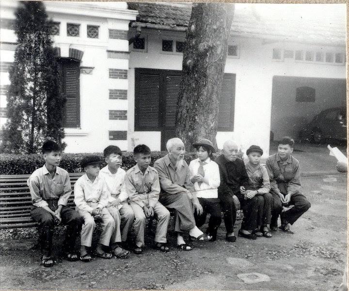 """Hồ chí Minh và Tôn Đức Thắng chụp ảnh với đoàn thiếu nhi """"Dũng sĩ Diệt Mỹ"""" miền Nam. Nguồn: https://www.facebook.com/vietnamhochiminh/posts/389202457831240"""