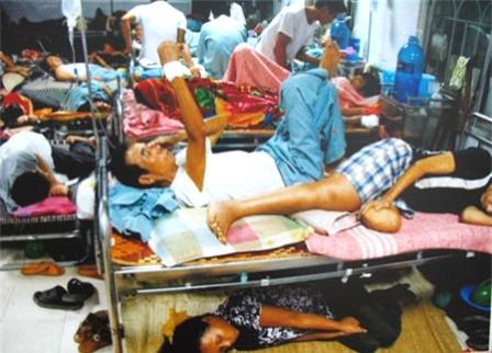 Người thân nằm gầm giường rất quen thuộc với những bệnh viện về ung bướu