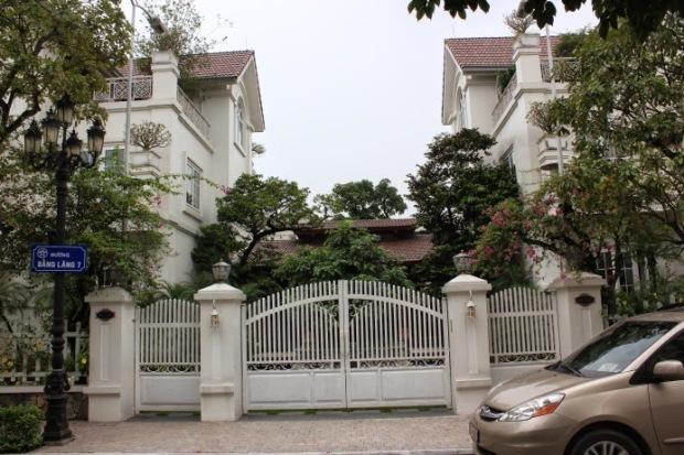 Hai căn biệt thự trên đã được vợ chồng Phùng Quang Hải mua với tổng trị giá 61,9 tỷ đã được đập bỏ sau đó sát nhập, xây dựng lại thành một căn biệt thự hoành tráng bậc nhất tại Vinhomes Riverside