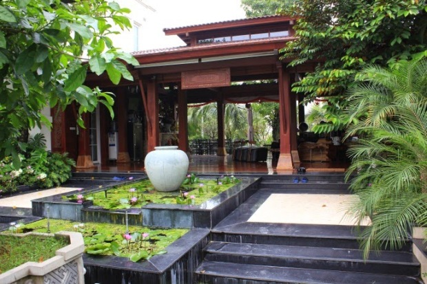 """Sảnh tiếp khách mang tên """"Bình An"""" nằm bên ngoài kiến trúc chính căn biệt thự của Phùng Quang Hải"""