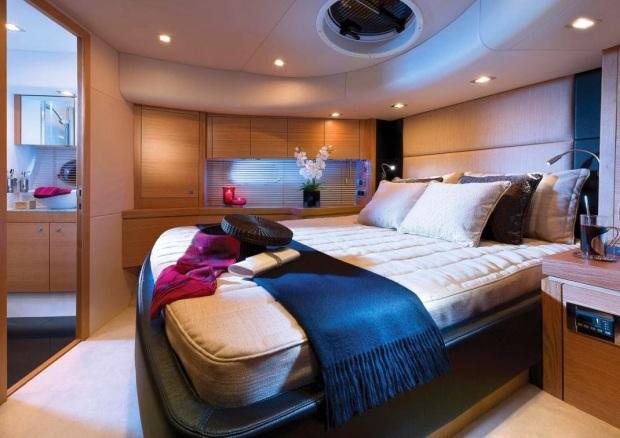 Phòng ngủ trên tầng dưới của chiếc du thuyền trị giá 53,4 tỷ đồng