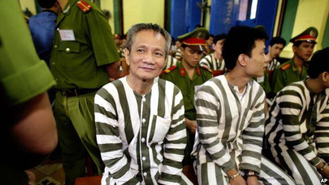 Năm Cam (giữa) trong phiên toà xét xử ông ta ngày 4/6/2003.