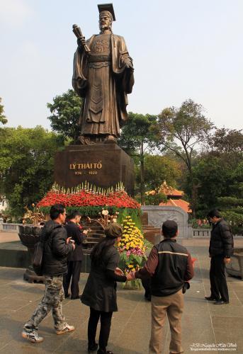 Lẵng hoa được đưa đến đặt dưới tượng đài vua Lý Thái Tổ.