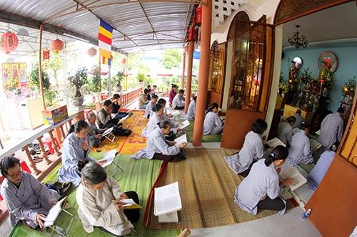 Người dân và phật tử đến dự lễ cầu an cho ông Nguyễn Bá Thanh ngày 31/12/2014 tại Tịnh thất Bửu Sơn