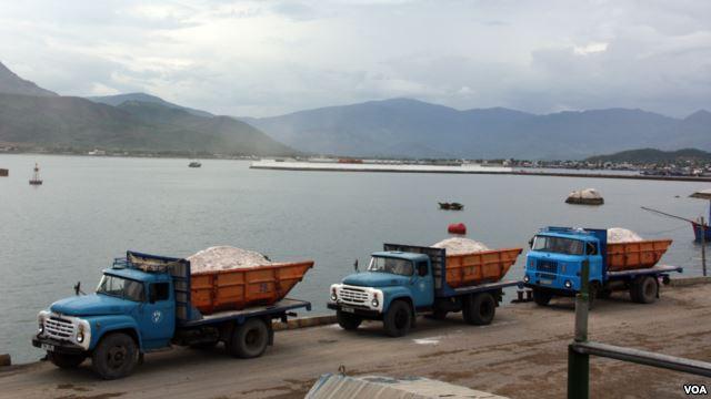 Xe chở hàng hóa từ Trung Quốc tại cửa khẩu Tân Thanh ở Việt Nam.